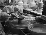 Traditionelle Handarbeit auf der Drehscheibe - Bild: Linck Keramik